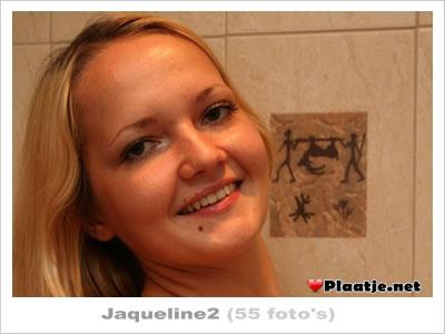 Mooie blonde Jaqueline gaat zich vingeren in de badkamer.