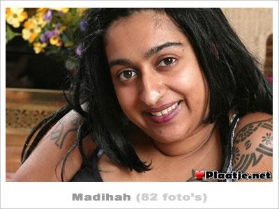Turkse Madihah trekt haar kletsnatte zwaarbehaarde vagina open!