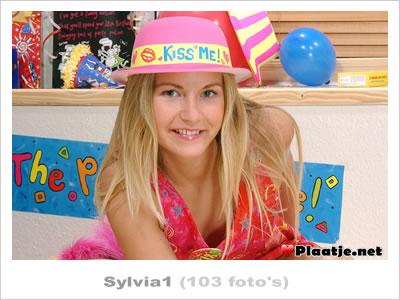 Jonge Blonde Sylvia masturbeerd met haar roze vibrator!